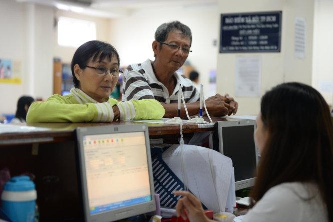Người dân làm thủ tục tại Bảo hiểm xã hội TP.HCM